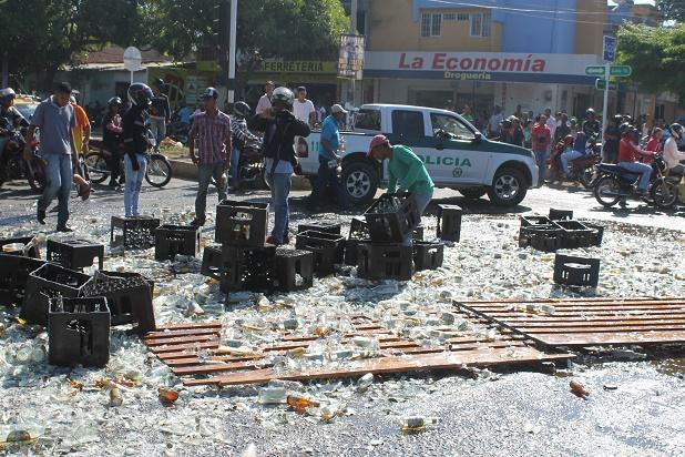 accidente cajas de cerveza valledupar 6 Desocupan camión cargado de cerveza luego de sufrir accidente. Vándalos dicen que fue milagro de Diomedes