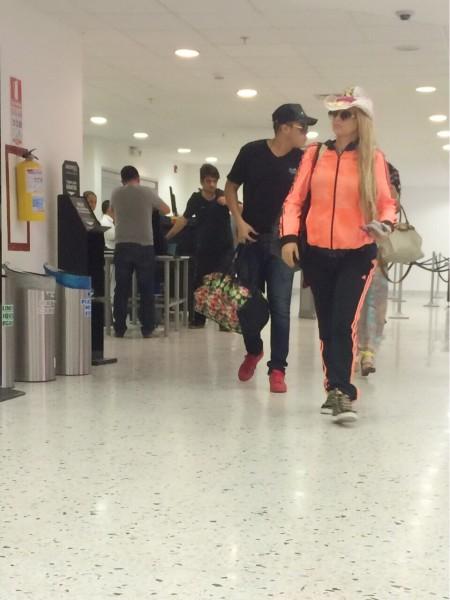 rafa pérez y milagros en aeropuerto (1)