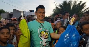 Jorgito Celedon lleva regalos para los niños de Villanueva - 1