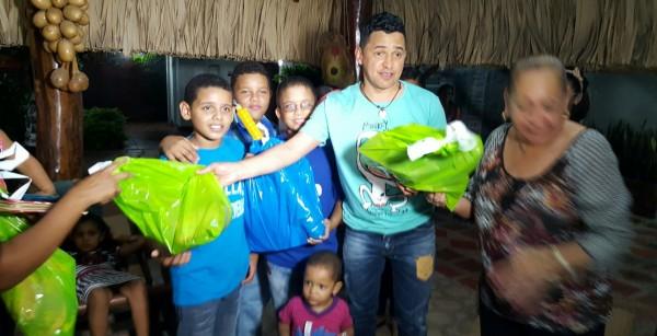 Jorgito Celedon lleva regalos para los niños de Villanueva 2