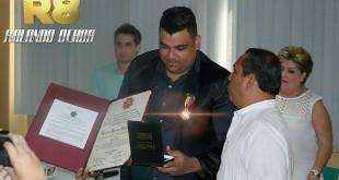 Rolando Ochoa recibe condecoración (2)